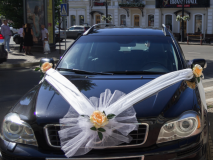 Модное свадебное украшение на машину